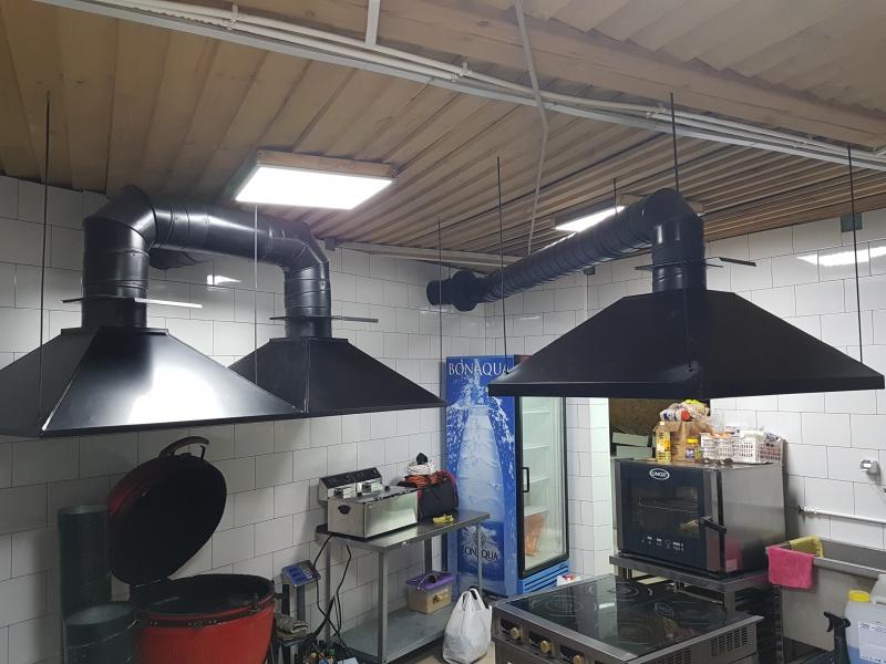 установка вытяжного зонта